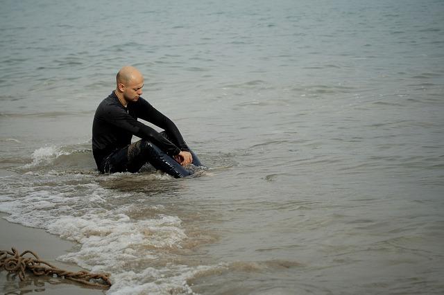 muž ve vlnách