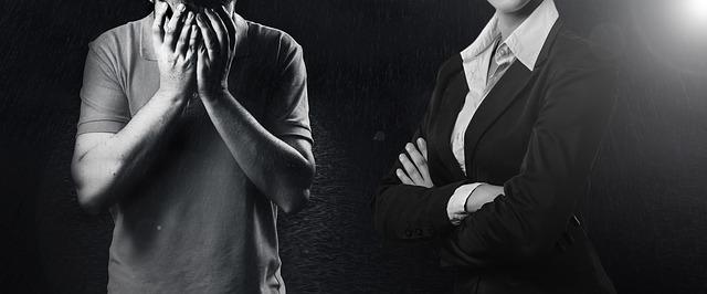 muž, který pláče ruce na obličeji a žena oblečená do kostýmku se založenýma rukama – odmítavý postoj